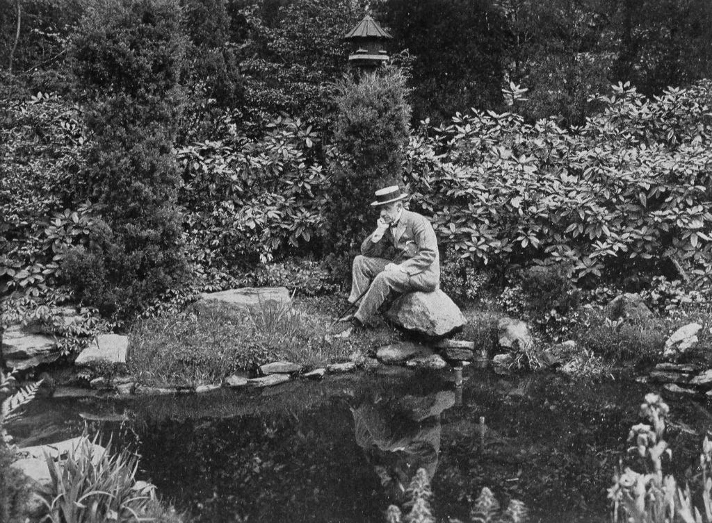 Sr. Edward Bok sentado em seu jardim finalizado